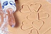 Deegroller met vele vormgesneden hart ramekins — Stockfoto