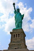 Statue of Liberity Front against Blue Sky — Stock Photo