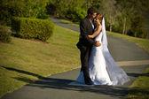 新婚夫妇拥抱上缠绕的路径 — 图库照片