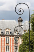 Ornate lampposts at places du Vosages in Paris — Stock Photo