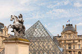 Pyramid of the Louvre Museum in Paris — Stock Photo