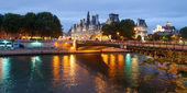 Hotel de Ville in Paris from across the Seine river at night — Stock Photo