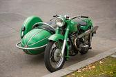 Staré staromódní motocyklu s postranním vozíkem — Stock fotografie