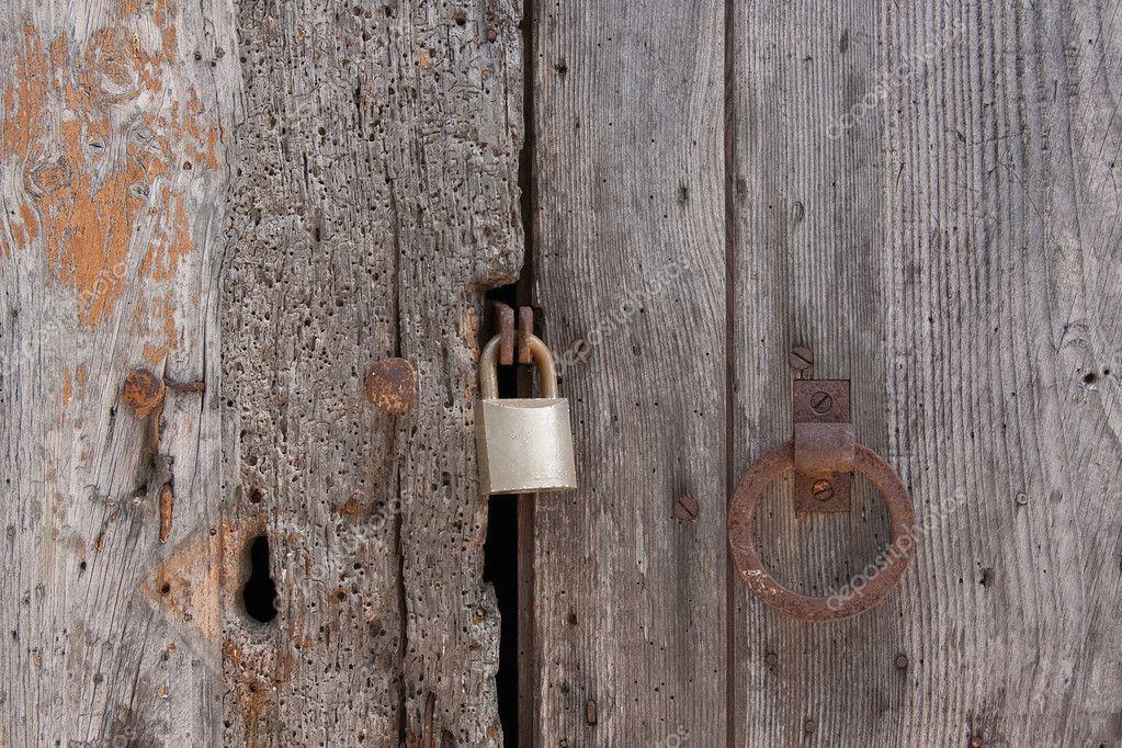 alte holzbohlen t r verschlossen stockfoto jbk photography 8796938. Black Bedroom Furniture Sets. Home Design Ideas