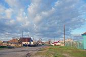 Domy, silnice a nízká obloha. — Stock fotografie