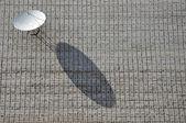 Uydu çanağı bir tuğla duvar. — Stok fotoğraf