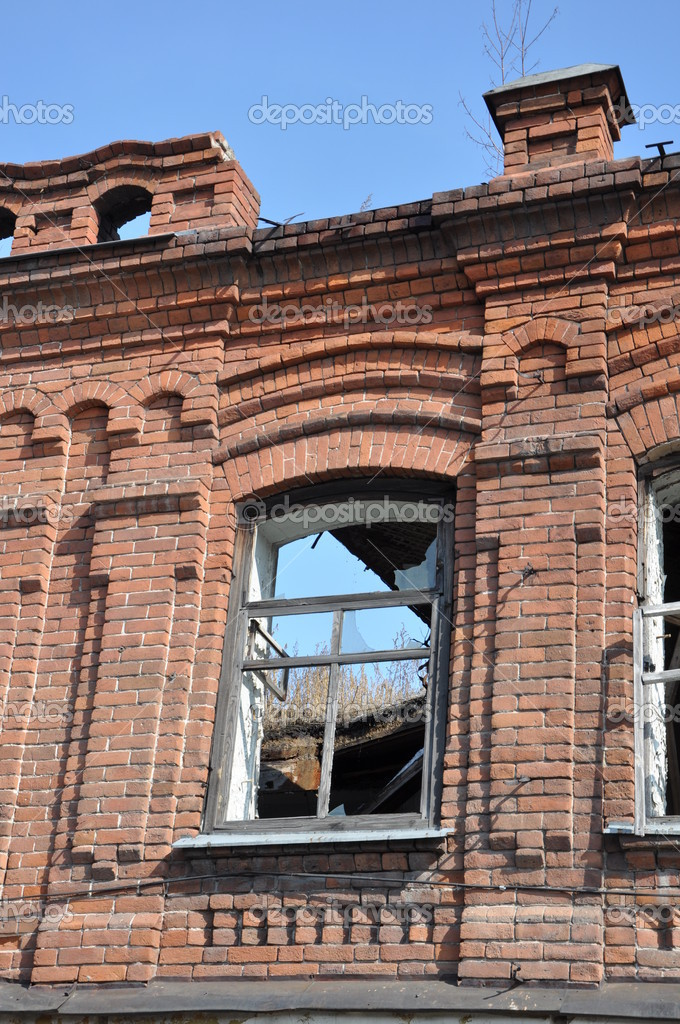 Old brick building with destroyed roof. — Stock Photo #9706381