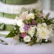 Wedding bouquet and cake — Stock Photo