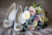 Wedding shoes and flowers — Stock Photo