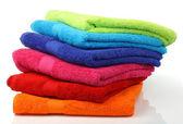 Kleurrijke gestapelde badkamer handdoeken — Stockfoto