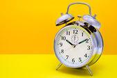 Wekker - oranje en gele achtergrond — Stockfoto