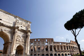 Costantin arc and colosseum on background — Stock Photo
