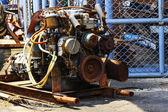 En gammal motor i reparation garage. — Stockfoto