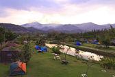 Camp zonsondergang in het landschap van bergen. — Stockfoto