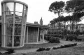 皮斯托亚,现代建筑背景钟楼 — 图库照片