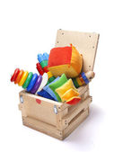 たくさんのおもちゃと木製の箱 — ストック写真