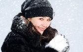 Junge schöne frau mit schnee — Stockfoto