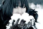 Kar genç güzel kadın — Stok fotoğraf
