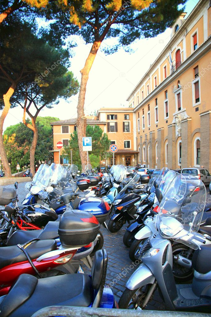 Mopeds parked in Italy — Stock Photo #10604440