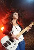 Mladá krásná žena hrající na kytaru — Stock fotografie
