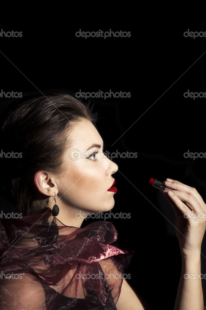 Acterss painting her lips by brightness red lipstick — Stock Photo #8959217