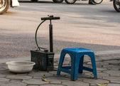 Vietnã Hanói, simples moto pneu carrinho de reparo ao longo — Fotografia Stock