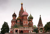 Saint Basil's Cathedral in focus between two trees. — Stockfoto