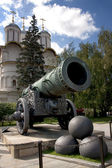 Historic cannon and balls in front of a church at the Kremlin. — Stock Photo