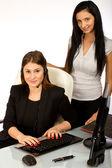2 obchodní žena pracující na počítači v kanceláři — Stock fotografie