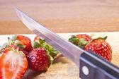 řezání jahody — Stock fotografie