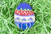 Velikonoční vajíčko cookie v trávě — Stock fotografie