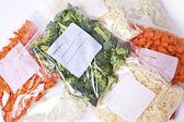 Doğranmış sebze ve dondurucu torbaları beyaz peynir — Stok fotoğraf