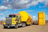 Gelbe transport mit ölfeld-tanks — Stockfoto