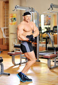 Muscular attractive male bodybuilder posing at the gym. Full-len — Stockfoto