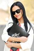 Portret van schattig meisje bedrijf leerboek in handen — Stockfoto