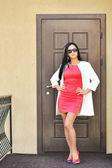 Obchodní žena stojící u dveří — Stock fotografie