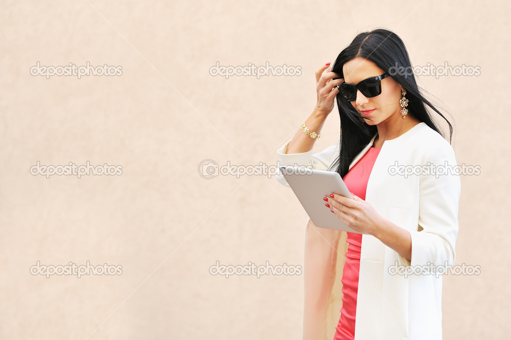 Beautiful woman using tablet pc outdoors — Stock Photo #10386009
