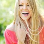 Closeup of beautiful young woman laughing enjoying summer days — Stock Photo