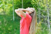 Mulher jovem e bonita gosta de relaxar com os olhos fechados — Foto Stock