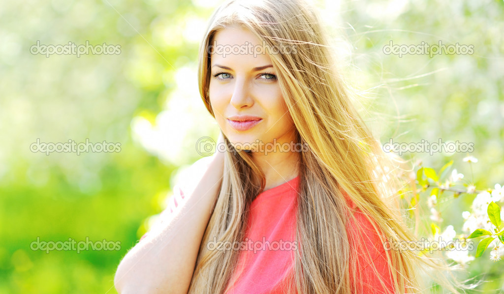 Beautiful young woman outdoors — Stock Photo #10466095
