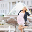 Young pregnant girl posing outdoors — Stok fotoğraf