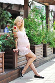 Beautiful pregnant girl - Full length portrait outdoors — Photo