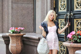 Beautiful young pregnant woman opens the door — ストック写真
