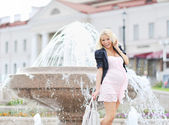 Young pregnant girl posing outdoors — Stockfoto