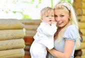 Joven sonriente madre y su hijo — Foto de Stock