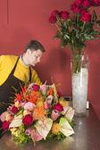 Florist arranging fresh flowers — Stock Photo