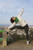 Mujer haciendo ejercicios de estiramiento y yoga — Foto de Stock