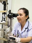 Enfermera con optometer — Foto de Stock