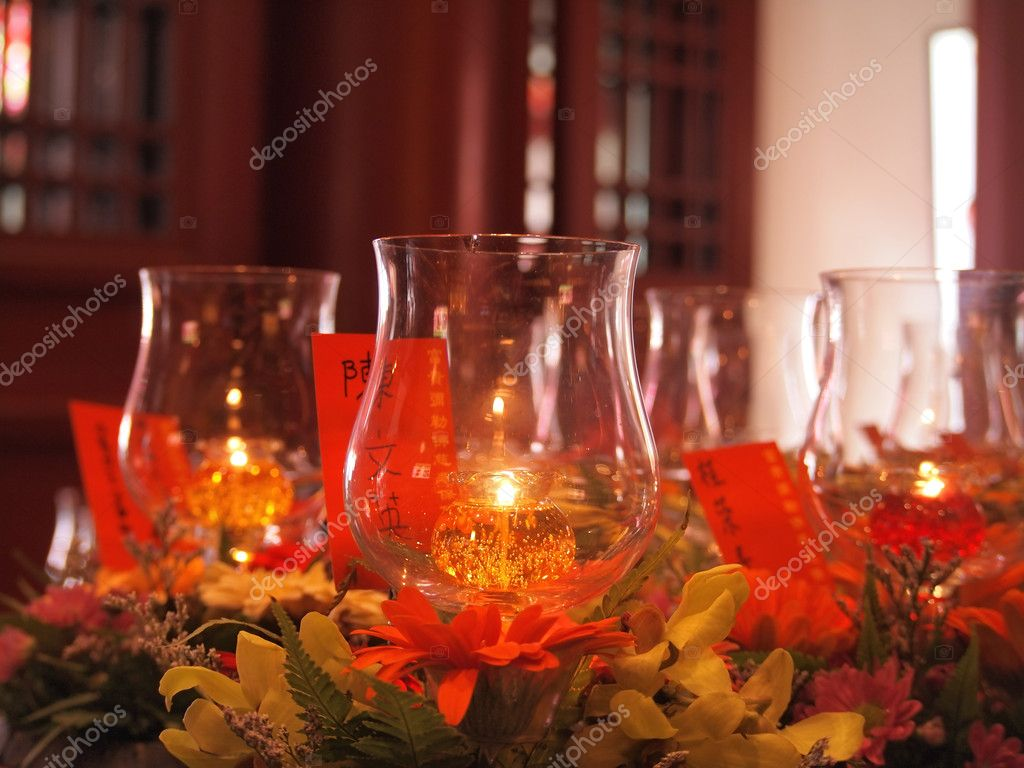 Candles in transparent chandeliers,chinese temple — Foto Stock #9766469