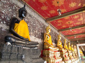 Golden buddhas arcade in wat sutat, bangkok — Stock Photo